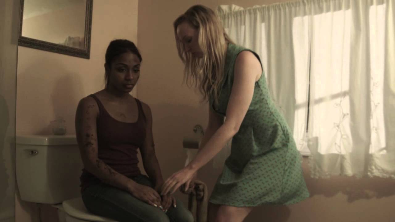 Les masseuse rubs feet